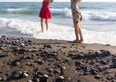 Dos amigas adolescentes en vestidos coloridos Imágenes de archivo libres de regalías