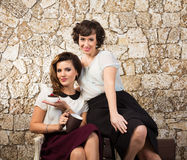 Dos amigas hermosas que comen un té Fotos de archivo libres de regalías