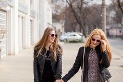 Dos amigas que cuelgan hacia fuera afuera en la ciudad Fotos de archivo libres de regalías