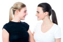 Dos amigos adolescentes atractivos que tienen un gran rato Fotos de archivo libres de regalías