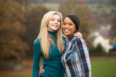 Dos amigos adolescentes femeninos en caminata Foto de archivo libre de regalías