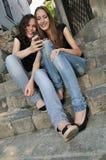 Dos amigos al aire libre - sonriendo Fotografía de archivo