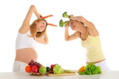 Dos amigos alegres con las frutas y verdura Imagen de archivo