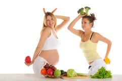 Dos amigos alegres con las frutas y verdura Fotos de archivo
