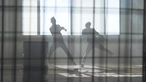 Dos amigos bailan síncrono el hip-hop moderno en un edificio abandonado contempor?neo Cultivo de hip-hop ensayo almacen de metraje de vídeo