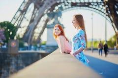 Dos amigos cerca de la torre Eiffel en París, Francia fotos de archivo