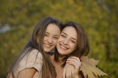 Dos amigos cercanos que abrazan con alegría y la sonrisa Fotos de archivo