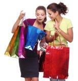 Dos amigos con compras. Imagen de archivo