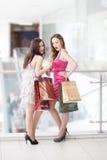 Dos amigos con las compras Foto de archivo libre de regalías