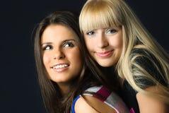 Dos amigos de abarcamiento de los jóvenes felices Foto de archivo libre de regalías