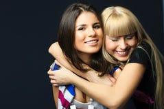 Dos amigos de abarcamiento de los jóvenes felices Imagen de archivo