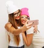 Dos amigos de adolescentes en equipo del inconformista hacen el selfie Foto de archivo