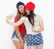 Dos amigos de adolescentes en equipo del inconformista hacen el selfie Fotografía de archivo
