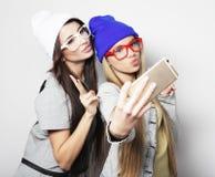 Dos amigos de adolescentes en equipo del inconformista hacen el selfie Imagenes de archivo