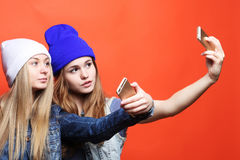 Dos amigos de adolescentes en equipo del inconformista hacen el selfie en un pho Foto de archivo libre de regalías