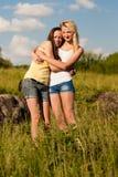 Dos amigos de chica joven en el día de verano Foto de archivo