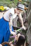 Dos amigos de chica joven en patio trasero que hablan y que disfrutan del día Fotografía de archivo libre de regalías