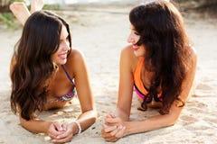 Dos amigos de chica joven junto en la playa Fotografía de archivo libre de regalías