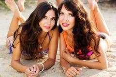 Dos amigos de chica joven junto en la playa Foto de archivo