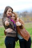 Dos amigos de chica joven que muestran OK Foto de archivo libre de regalías