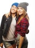 Dos amigos de chica joven que se divierten Fotografía de archivo libre de regalías