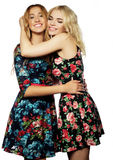 Dos amigos de chica joven que se unen y que se divierten Imágenes de archivo libres de regalías