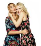 Dos amigos de chica joven que se unen y que se divierten Fotografía de archivo