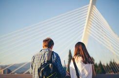 Dos amigos de los adolescentes que se colocan en el puente Imágenes de archivo libres de regalías