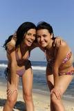 Dos amigos de muchacha felices en la playa Imagenes de archivo