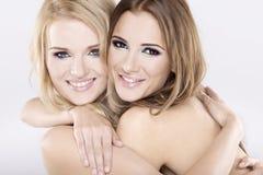 Dos amigos de muchacha sonrientes - rubios y triguenos Fotografía de archivo