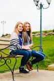 Dos amigos de muchachas adolescentes felices que se divierten al aire libre Imagen de archivo
