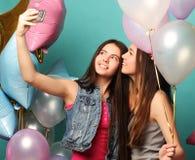 Dos amigos de muchachas con los globos del colorfoul hacen el selfie en un pH Imagen de archivo libre de regalías