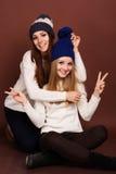 Dos amigos de muchachas del adolescente en ropa del invierno Imágenes de archivo libres de regalías