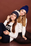 Dos amigos de muchachas del adolescente en ropa del invierno Fotos de archivo libres de regalías