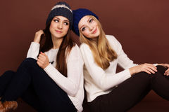 Dos amigos de muchachas del adolescente en ropa del invierno Foto de archivo libre de regalías