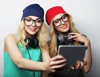 Dos amigos de muchachas del inconformista que toman el selfie Fotos de archivo