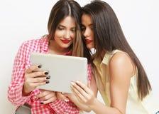 Dos amigos de muchachas que toman el selfie con la tableta digital Imagen de archivo libre de regalías