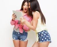 Dos amigos de muchachas que toman el selfie con la tableta digital Imagen de archivo