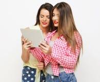 Dos amigos de muchachas que toman el selfie con la tableta digital Foto de archivo libre de regalías