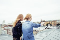 Dos amigos de muchachas reales rubios frescos que hacen el selfie en el top del tejado, concepto de la gente de la forma de vida Fotografía de archivo