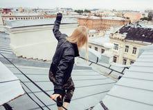 Dos amigos de muchachas reales rubios frescos que hacen el selfie en el top del tejado, concepto de la gente de la forma de vida, Imagen de archivo