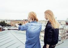 Dos amigos de muchachas reales rubios frescos que hacen el selfie en el top del tejado, concepto de la gente de la forma de vida, Fotos de archivo