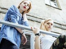 Dos amigos de muchachas reales rubios frescos que hacen el selfie en el top del tejado, lif Imagen de archivo
