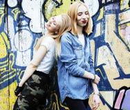 Dos amigos de muchachas reales rubios frescos que hacen el selfie en el top del tejado, lif Fotos de archivo