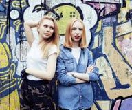 Dos amigos de muchachas reales rubios frescos que hacen el selfie en el top del tejado, lif Imágenes de archivo libres de regalías