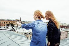 Dos amigos de muchachas reales rubios frescos que hacen el selfie en el top del tejado, lif Fotografía de archivo