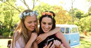Dos amigos del inconformista que toman un selfie y una risa almacen de metraje de vídeo