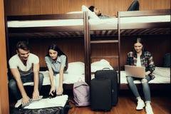 Dos amigos desempaquetan el equipaje y otros resto foto de archivo