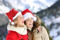 Dos amigos el días de fiesta de la Navidad en la montaña Imagen de archivo