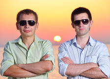 Dos amigos en la puesta del sol Imágenes de archivo libres de regalías